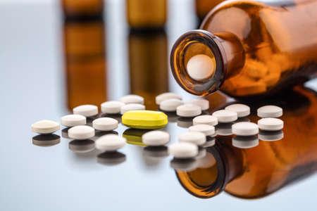 viele Tabletten glasbeghter. Symbol Foto für Kosten in der Medizin und Sucht und Drogen.