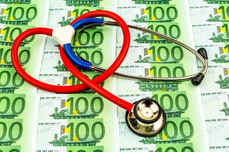 dinero euros: estetoscopio y billetes de banco euro. icono de la foto para los costos del cuidado de la salud y las compañías de seguros de salud y medicina Foto de archivo