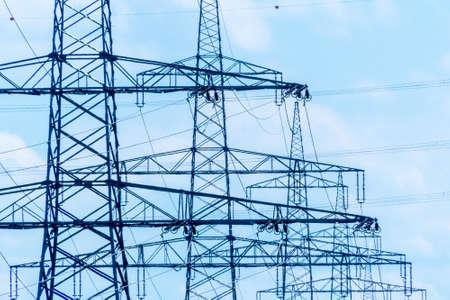 torres de alta tension: Pilones de una línea eléctrica. pilones de la electricidad. Foto de archivo