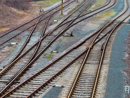ferrocarril: suave en los carriles de una vía férrea. Foto simbólica para la toma, la separación y la comunidad