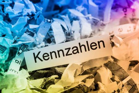 desarrollo económico: Papierschnitzel métricas clave, símbolo de la foto para la destrucción de datos, las empresas y el desarrollo económico Foto de archivo