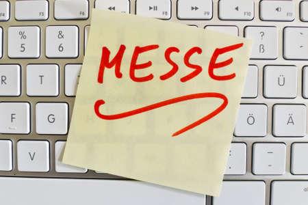 expositor: una nota en el teclado de una computadora como un recordatorio: justo