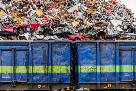ferraille: vieilles voitures ont été mis au rebut dans un compacteur à déchets. prime à la casse pour les épaves de voitures. la ferraille est chargée sur le train