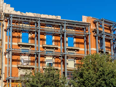 renovate old building facade: the facade of a house that is being rebuilt is a listed building and must stop.