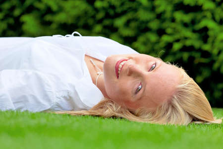 relaxen: a young woman lying to rest in the meadow. lunch in the park.