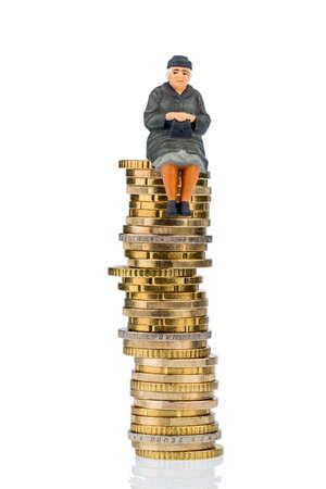 personas sentadas: jubilado sentado en la pila de dinero, símbolo de fotos para la jubilación, las pensiones, el seguro de vejez