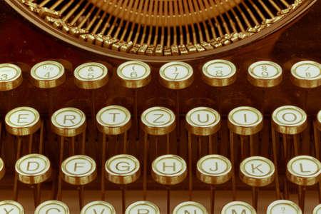 maquina de escribir: teclas de una vieja m�quina de escribir. icono de la foto para la comunicaci�n en tiempos pasados