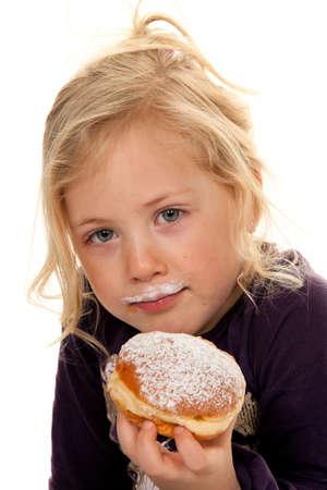 niños comiendo: infantil en carnaval con donuts. faschingskrapfen