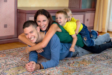 vivre: a young family lying on the floor Stock Photo