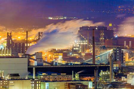 Österreich, Oberösterreich, Linz. Nachtansicht des Industriegebiets
