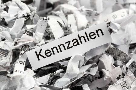 desarrollo económico: métricas de palabras clave Papierschnitzel symbolfoto para la destrucción de datos, desarrollo empresarial y económico