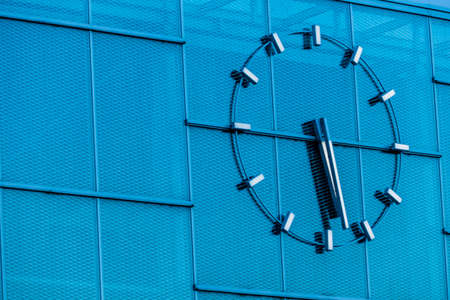 immobilien: a large clock on a modern building
