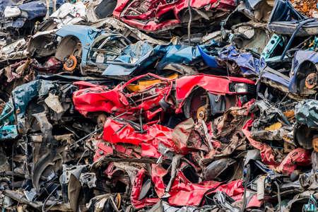 ferraille: vieilles voitures ont été mis au rebut dans un compacteur à déchets. ferraille et prime à la casse pour les épaves de voitures