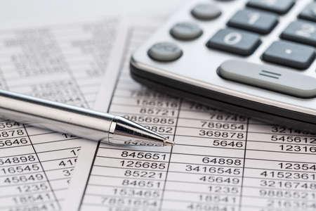 una calculadora se encuentra en los números de una balanza de estadísticas. icono de la foto para las ventas, el beneficio y el costo. Foto de archivo