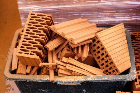 materiales de construccion: materiales de construcción y herramientas de pie alrededor en un sitio de construcción Foto de archivo