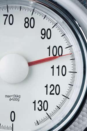 Stethoskop und Maßstab Symbol Foto für Gewicht, Ernährung und Herzerkrankungen