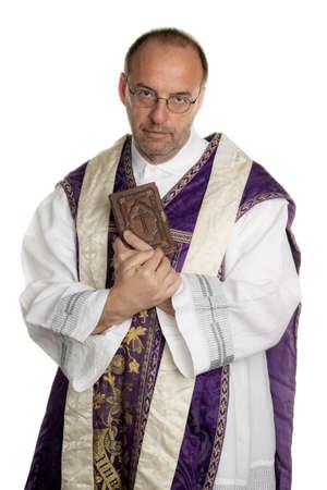 een katholieke priester met bijbel in aanbidding Stockfoto