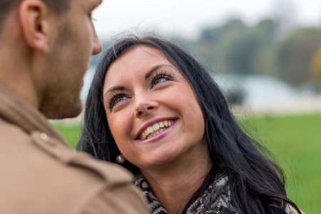 vivre: a young, laughed liebtes couple in a park Stock Photo