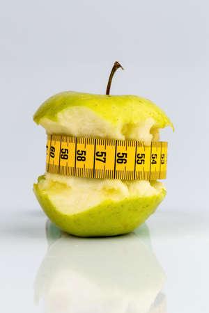 cinta metrica: manzana con una cinta métrica. foto símbolo de la dieta y, dieta saludable rica en vitaminas.