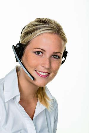 junge Frau mit Headset-Telefon im Büro, um Akzeptanz. Hotline und Kundenservice.