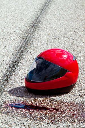 casco moto: un accidente con la motocicleta. accidente de tráfico con marcas de neumáticos en la carretera. Foto de símbolo.