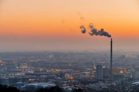 contaminacion ambiental: chimeneas humeantes en la zona industrial en Linz, Austria, Austria septentrional