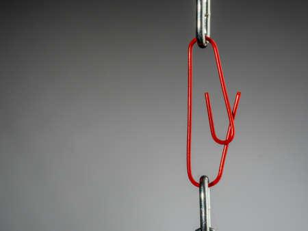Una cadena se lleva a cabo junto con ab? rokklammer. foto símbolo de la seguridad, la confianza y el trabajo en equipo Foto de archivo - 55430963