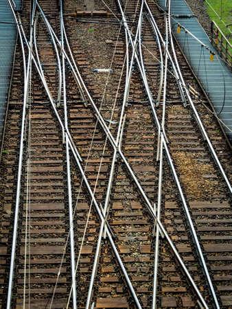 ferrocarril: suave en los carriles de una vía férrea. foto símbolo de decisión, la separación y la comunidad Foto de archivo