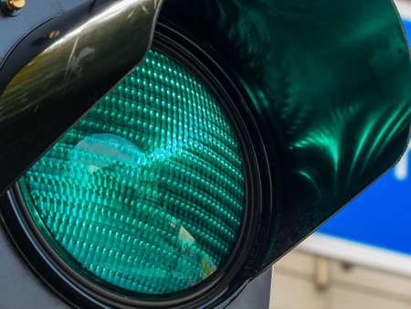 Il semaforo illumina la luce verde. Foto di simbolo per l'avvio e il rilascio