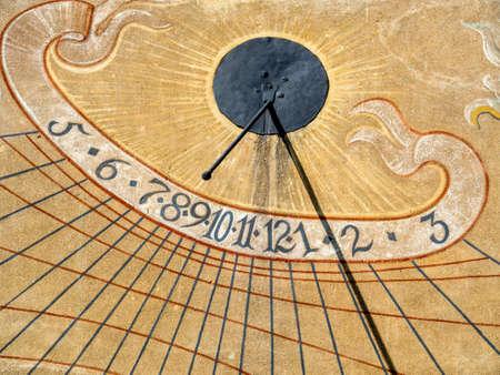 reloj de sol: una pared pintada de una casa de ramas reloj de sol en el tiempo. Foto de archivo