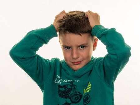 乳幼児: 少年は怒っている、彼女の髪を引き裂くこと