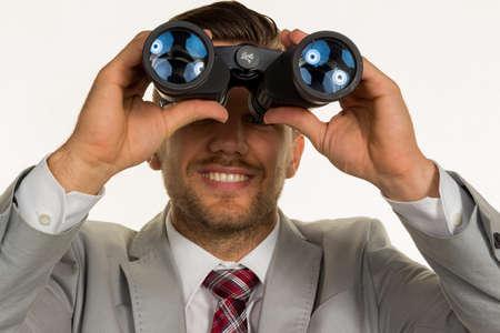 jovenes empresarios: un gerente (jóvenes empresarios) con los prismáticos en busca de empleos o puestos de trabajo