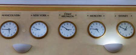 punctuality: m�ltiples relojes con las diferentes zonas de la hora mundial colgando al lado del otro