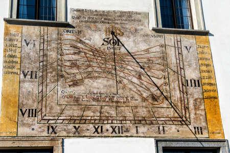 reloj de sol: la ciudad checa de Cesky Krumlov, en Bohemia del Sur