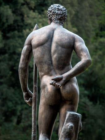 desnudo masculino: la estatua de un hombre en un parque