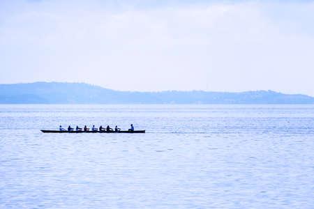 ein Ruderboot mit acht Ruderer und Rudergänger am Meer Standard-Bild