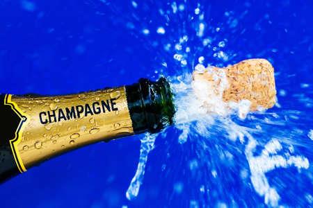 champagnefles is geopend. kurk schiet van champagnefles. symboolfoto voor het jaar, oudejaarsavondvieringen en openingen. Stockfoto