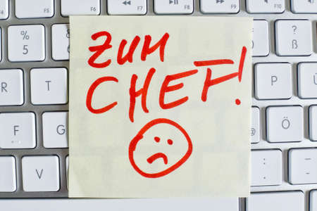 collective bargaining: a memo is on the keyboard of a computer as a reminder: for chef Stock Photo