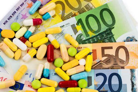 dinero euros: billetes de euro y tabletas, foto símbolo de los costos de las drogas y el seguro de salud. Foto de archivo