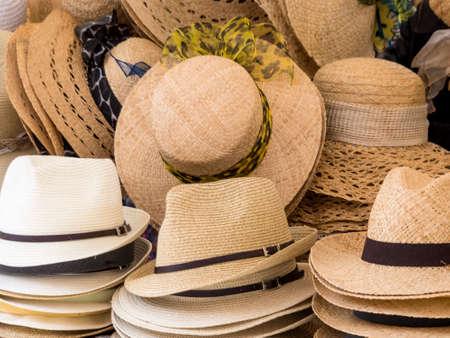 Selectie van strohoeden, symbool foto voor de zomer mode, keuze, retail Stockfoto - 73713205