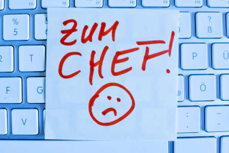 vacate: a memo is on the keyboard of a computer as a reminder: for chef Stock Photo
