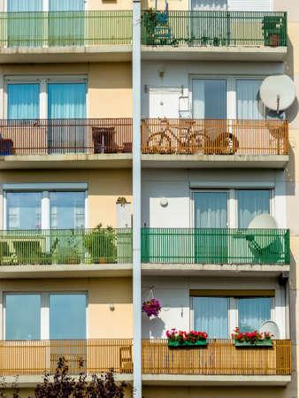 veel balkons in een woongebouw voor meerdere partijen in een stad. Stockfoto