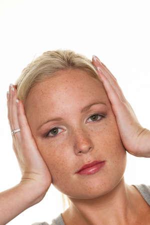 여자는 그녀의 귀를 잡고 스톡 콘텐츠