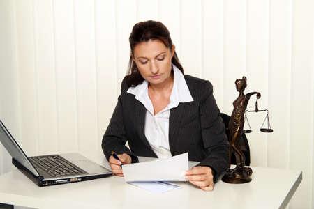 Advocaat in het kantoor. Advocaat voor wet en orde