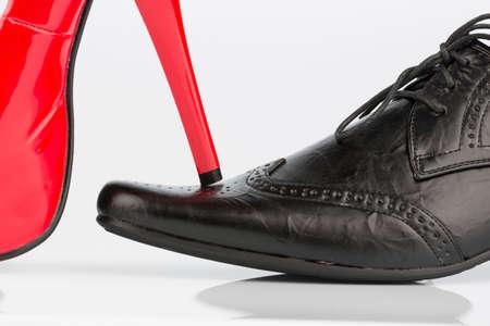 Tacchi alti e scarpe da uomo Archivio Fotografico