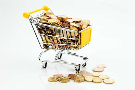 Einkaufswagen und Euromünzen Stock Photo