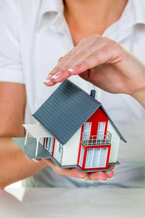 makelaar met huis en sleutel