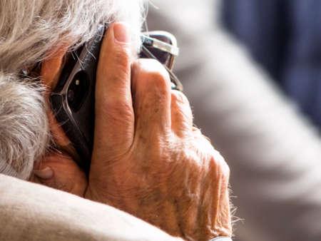 senior praat op een mobiele telefoon