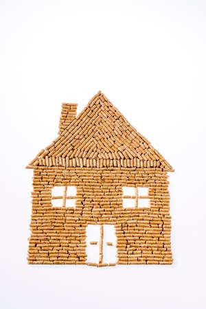 een huis werd gebouwd van pellets voor verwarming. alternatieve en duurzame energie voor verwarming Stockfoto
