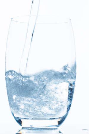 Wasser wird in ein Glas gegossen, Symbolfoto für Trinkwasser, Frische, Bedarf und Verbrauch Stock Photo
